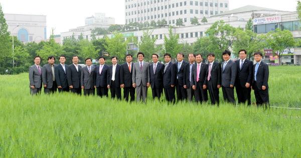 ▲ 김만수 부천시장과 부천시 관계자들이 청보리밭을 둘러보는 모습