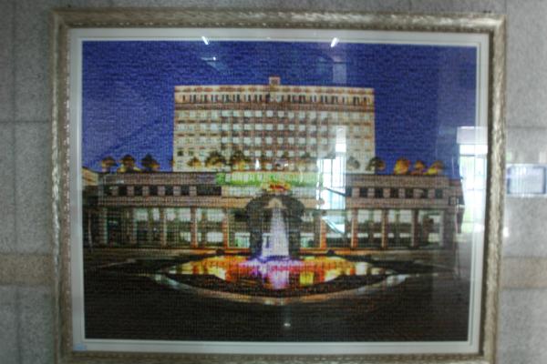 ▲ 부천시 2000여 공직자의 사진으로 만들어진 부천시 청사 1층에 게시된 작품이다.
