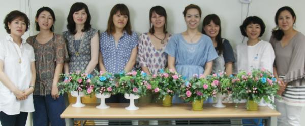▲ 학습배달제로 꽃꽂이를 배우는 무로하치 마리 씨와 일본인 친구들