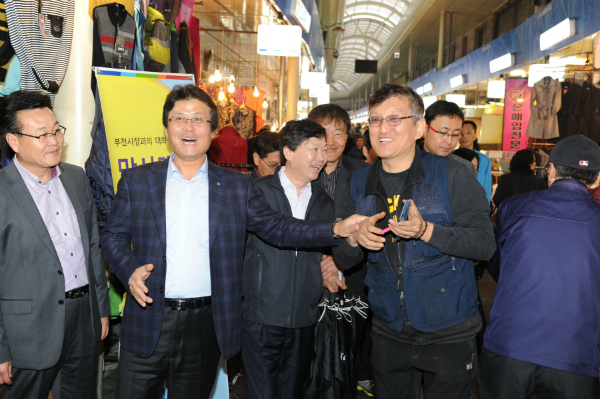 ▲ 김만수 부천시장이 부천자유시장에서 상인과 만나고 있다.