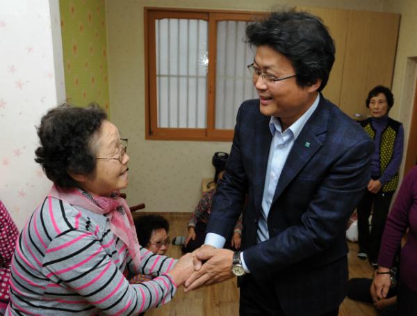 ▲ 육각정 경로당에서 어르신께 인사하는 김만수 부천시장