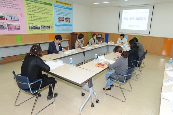 ▲ 춘의동복지센터에서 열린 원미1권역 사례관리회의에 참석한 김만수 부천시장