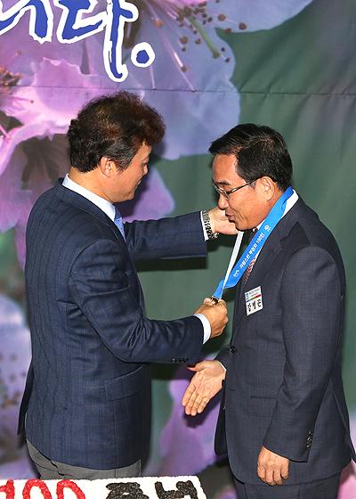 ▲ 강병곤 페어차일드 코리아 대표에게 기념메달을 걸어주는 김만수 시장.