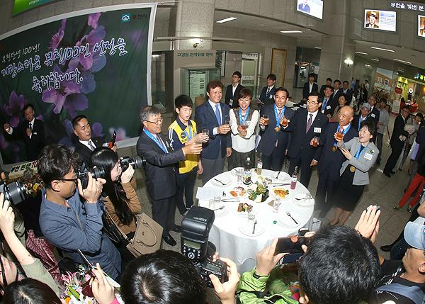 ▲ 김행균 역곡역장의 건배 제의에 따라 다함께 잔을 부딪히는 참석자들.