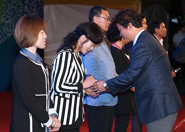▲ 자랑스러운 부천 100인들에게 기념 메달을 수여하는 김만수 시장.