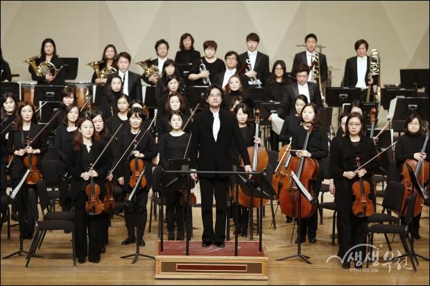 ▲ 박영민 상임지휘자와 부천필하모닉 오케스트라의 인사.