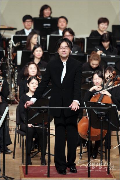 ▲ 성공적으로 연주를 마친 박영민 상임지휘자와 부친필하모닉 오케스트라