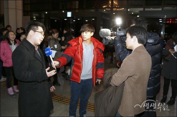 ▲ 로비에서 관객과 인터뷰를 하는 KBS 방송 취재팀