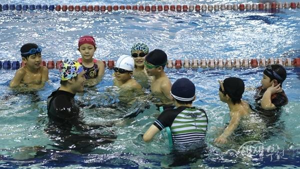 ▲ 오정레포츠센터에서 학생들이 수영 수업을 받고 있다.