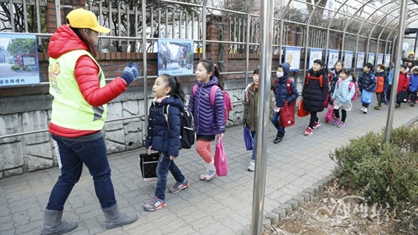▲ 학생들이 안전교육지도사와 함께 등교를 하고 있다.