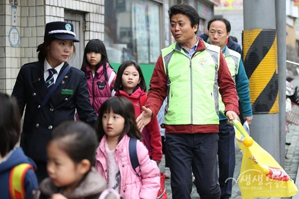 ▲ 김만수 부천시장이 지난 4월 3일 아침 부천남초등학교 등교시간에 일일 안전교육지도사 체험을 진행하고 있다.