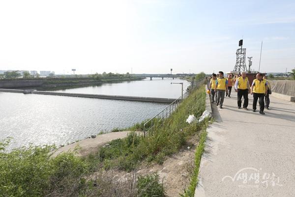 ▲ 김만수 부천시장이 지난 5월 21일 자율방재단과 함께 굴포천 현장점검을 하고 있다.
