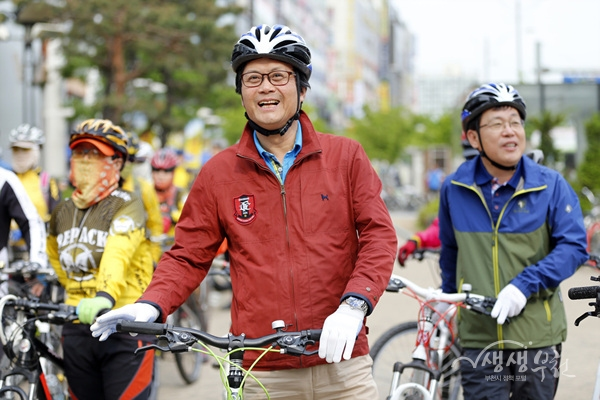 ▲ 지난 5월 7일 김만수 부천시장이 자전거 500리길 현장점검을 하고 있다.