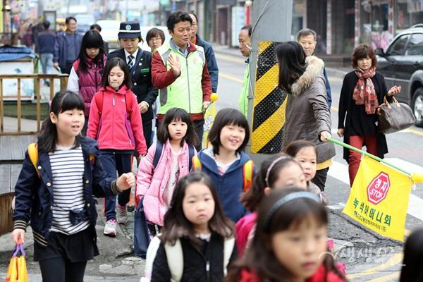 ▲ 아이들의 등하굣길을 안전하게 도와주는 '워킹스쿨' 사업으로 158명 고용창출 효과