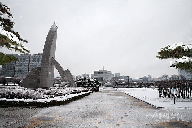 ▲ 흰눈이 쌓인 중앙공원의 부천시 상징탑