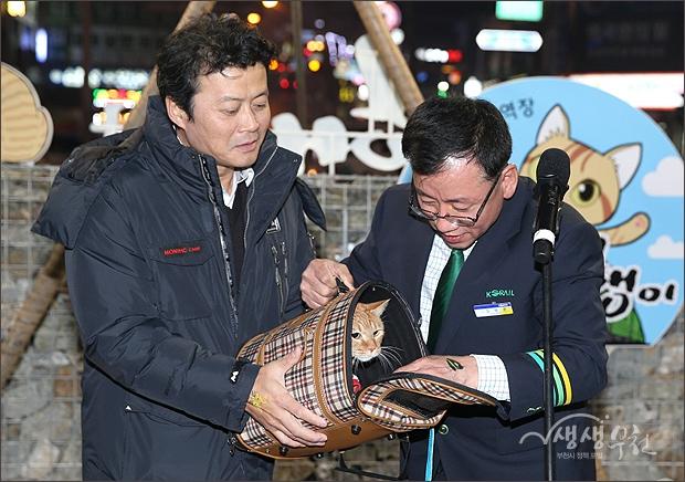 ▲ 김만수 시장과 김행균역장이 함께 명예역장 다행이를 공개하는 모습