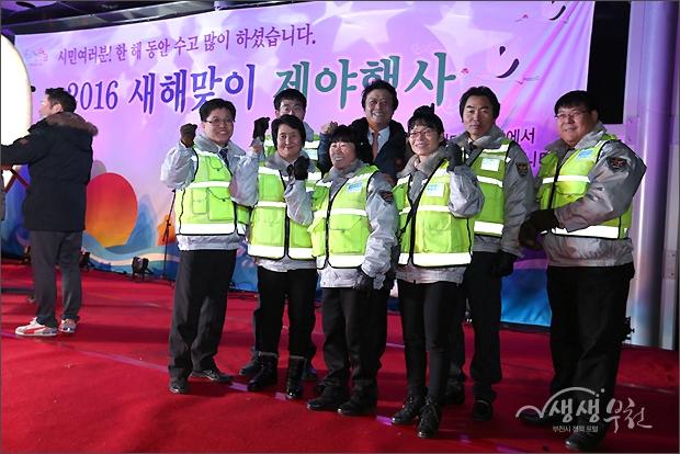▲ 타북을 마치고 김만수 시장과 기념촬영을 하는 시민들