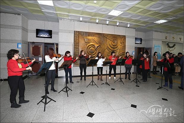 ▲ 행사장 입구에서 바이올린 축하연주를 하는 동호인들.