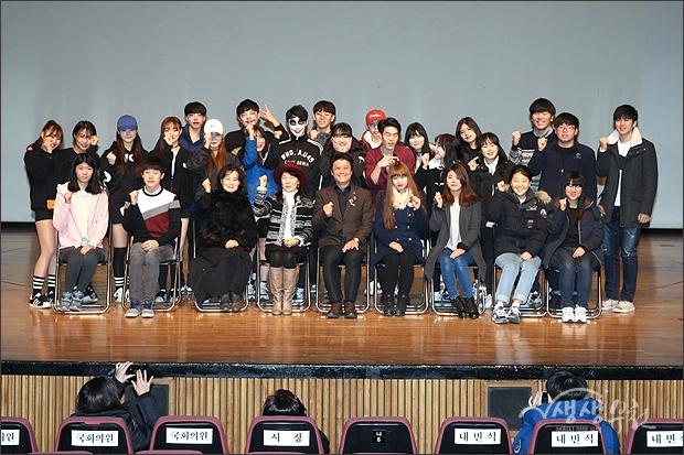 ▲ 여성, 청소년 참석자들과 함께 기념촬영.