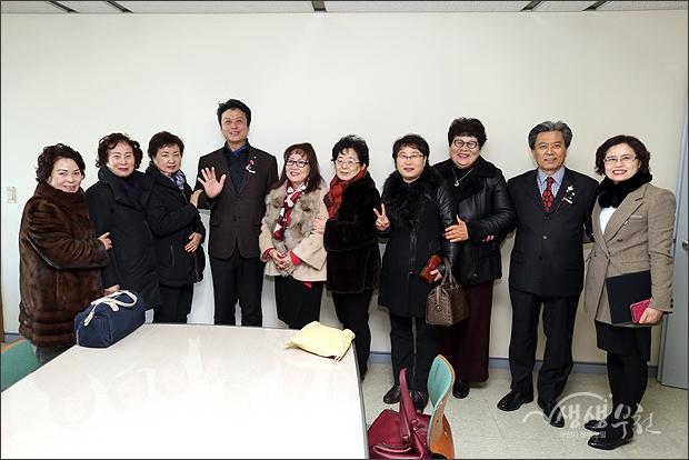 ▲ 여성단체 회원들과 기념촬영.