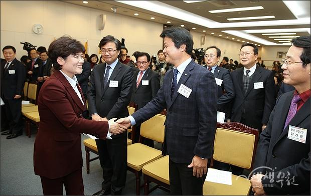 ▲ 강은희 여성가족부 장관과 인사를 나누는 김만수 시장