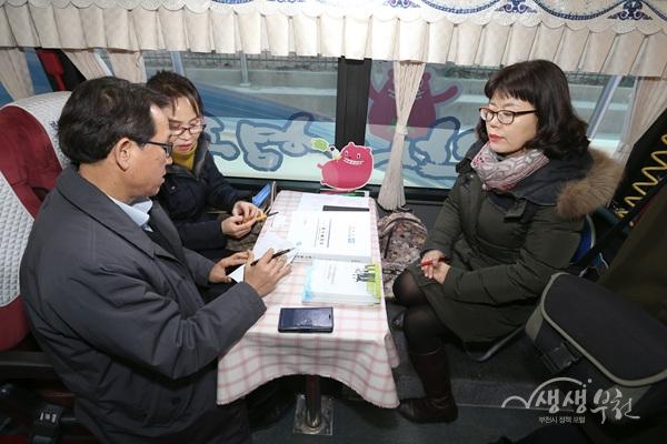▲ 민원상담버스에 방문한 시민이 상담을 받고 있다.
