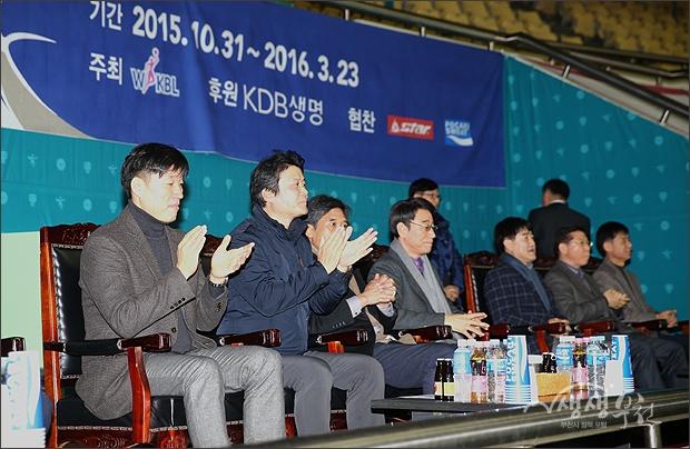 ▲ 경기를 관전하는 김만수 부천시장과 신선우 한국여자농구연맹 회장 등 내빈들