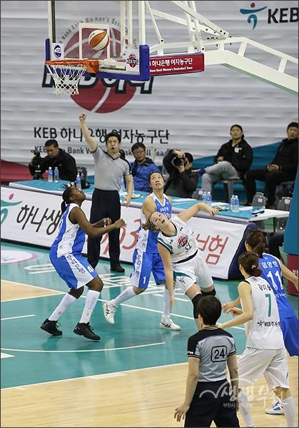 ▲ 트리샤 리스턴 선수의 슛이 골로 연결되는 순간.