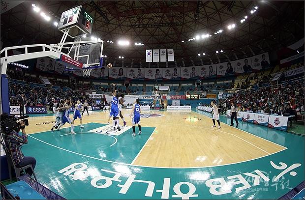 ▲ KEB하나은행과 우리은행의 여자프로농구 경기가 열리는 부천체육관.
