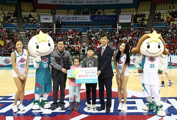 ▲ 하프타임에 진행된 어린이 팬들에 대한 농구공과 하나해피박스 선물 증정식