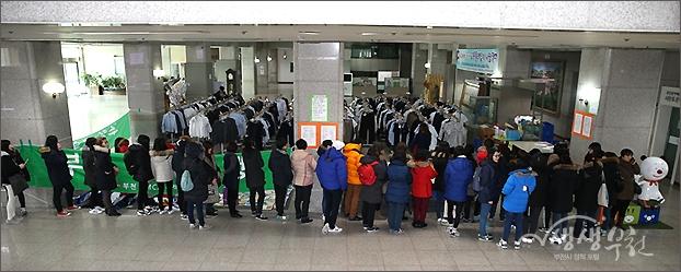 ▲ 판매 이틀째 날에도 이른 아침부터 줄을 선 사람들.