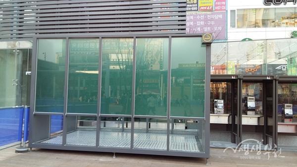 ▲ 부천역 마루광장에 설치된 흡연부스