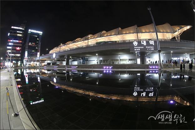 ▲ 정면에서 바라본 송내역과 환승센터가 분수대의 물위에 비친 밤의 풍경