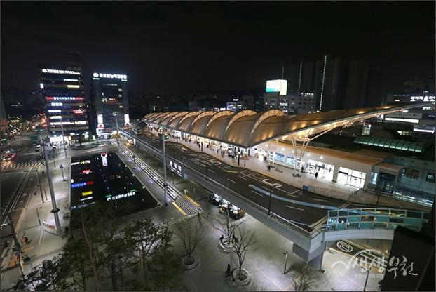 ▲ 옆 건물에서 내려다본 송내역 환승센터와 무지개 광장의 야경