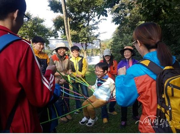 ▲ 부천둘레길 숲 해설 프로그램을 진행하고 있다.
