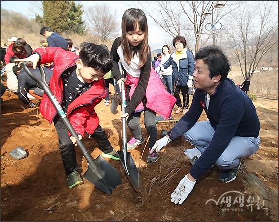 ▲ 골고루 정성껏 고운 흙을 덮어준 뒤
