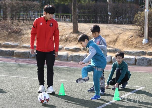 ▲ 부천FC 선수가 학생들을 지도하고 있다.