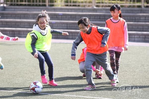 ▲ 부천시는 지난 3월 25일 상미초등학교 4학년 학생들을 대상으로 '축구교실'을 운영했다.