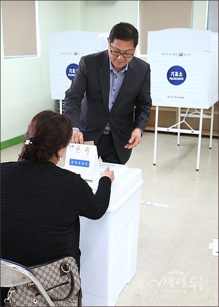▲ 투표용지를 투표함에 넣는 유권자.