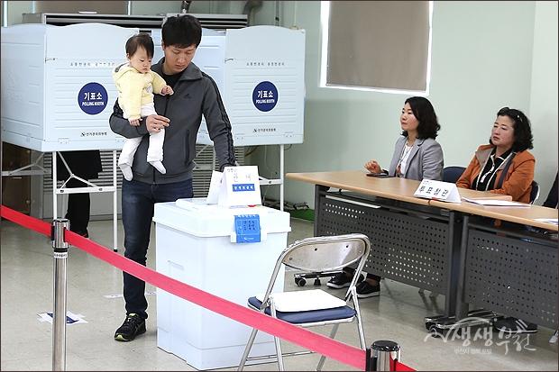 ▲ 아기를 안고 나와서 함께 투표하는 아빠