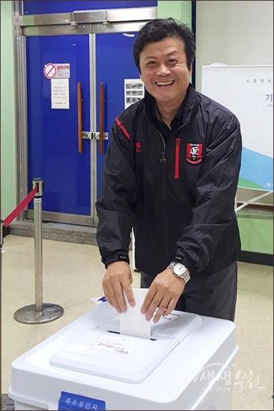 ▲ 아침 일찍 범박동 투표소에서 사전투표를 하며 활짝 웃는 김만수 부천시장.