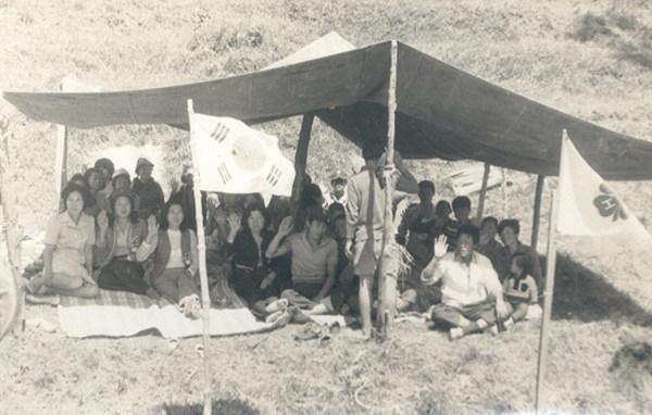 ▲ 1974년 범박리(범박동) 4H구락부 회원들이 범박리 뒷산에 천막을 치고 회의를 하고 있는 모습