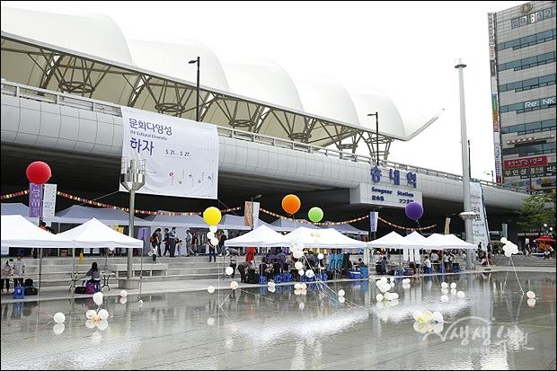 ▲ 다양한 공연과 체험마당이 펼쳐진 무지개광장