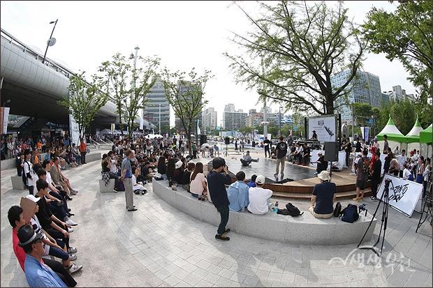 ▲ 비보이 배틀이 열리는 무지개광장 야외무대