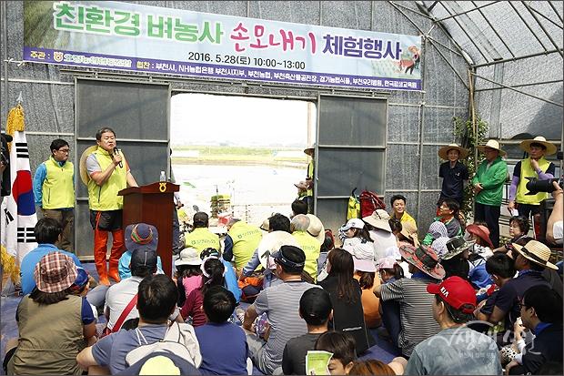 ▲ 모심기 방법을 설명하는 오정구 친환경 쌀 재배단지 운영자.