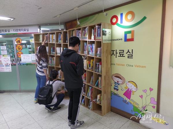 ▲ 북부도서관에 설치된 이음서재(2호점)에서 시민들이 책을 읽고 있다.