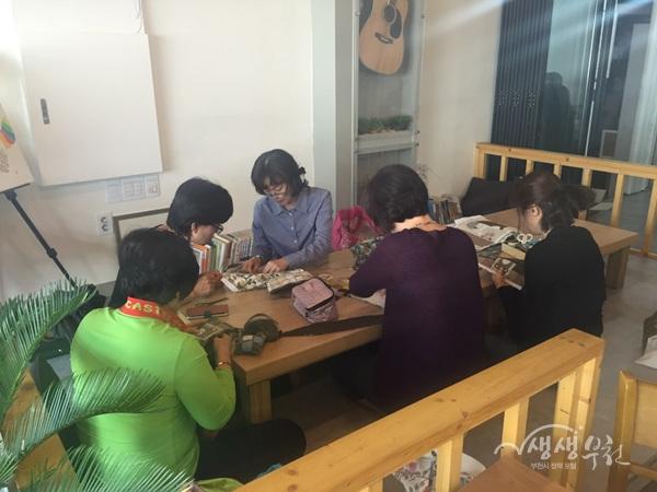 ▲ 마을카페 달토에서 참여자들이 퀼트를 배우고 있다.