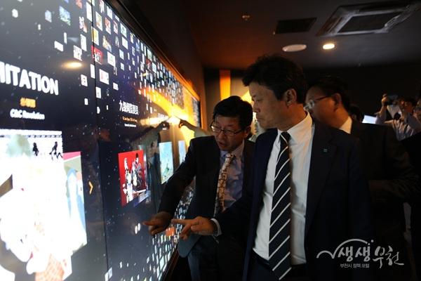 ▲ 부천시는 지난 5월 25일 중국 산둥성 옌타이시에서 '한·중만화영상체험관' 개관식을 갖고 김만수 시장이 체험관을 둘러보고 있다.