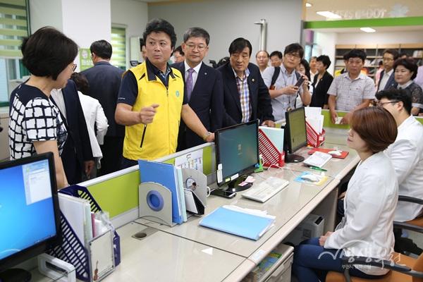 ▲ 김만수 시장이 심곡2동 행정복지센터를 둘러보고 있다