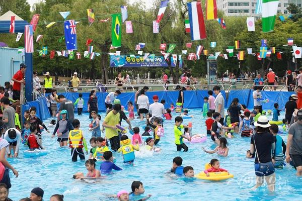 ▲ 부천 중앙공원 야외 물놀이장이 지난 23일 문을 열었다.